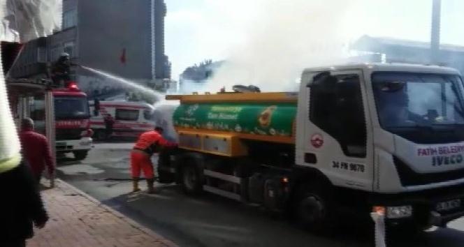 Fatih'te karton kağıt toplayan geri dönüşüm aracında yangın çıktı