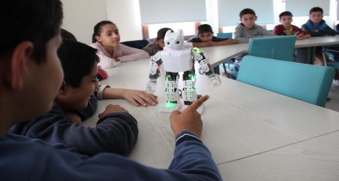 Mekik çekip, zeybek oynayan robotlar