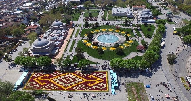Bin 453 metrekarelik canlı lale halısı Sultanahmet Meydanı'nda
