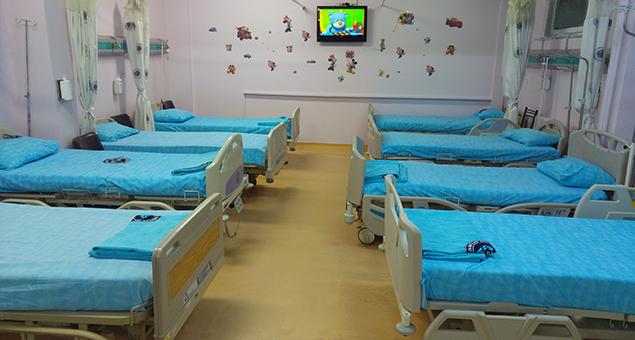 Hastane acil servisinde renkli duvar mutlu çocuklar