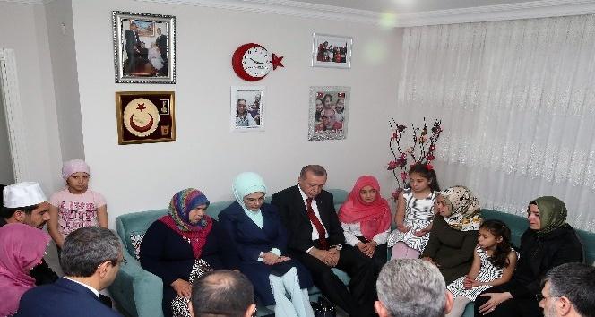 Cumhurbaşkanı Erdoğan, Sultanbeyli'de iki şehit ailesini ziyaret etti