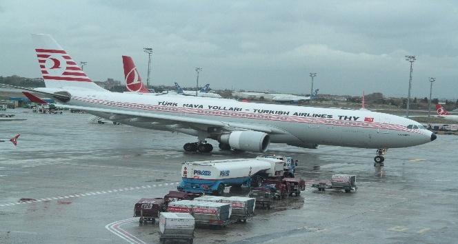 İstanbul'da etkili olan rüzgar nedeniyle, uçaklar zor anlar yaşadı