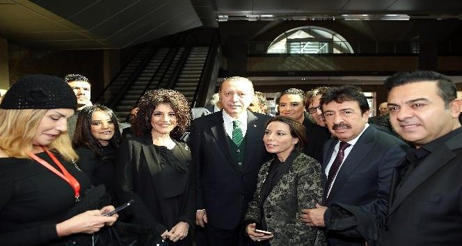 Erdoğan, AKM'nin tanıtım toplantısında sanatçılarla bir araya geldi