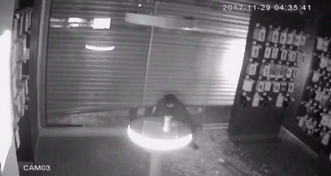 Eyüp'te maskeli hırsızlar, 2 dakikada telefon ve tablet çaldılar