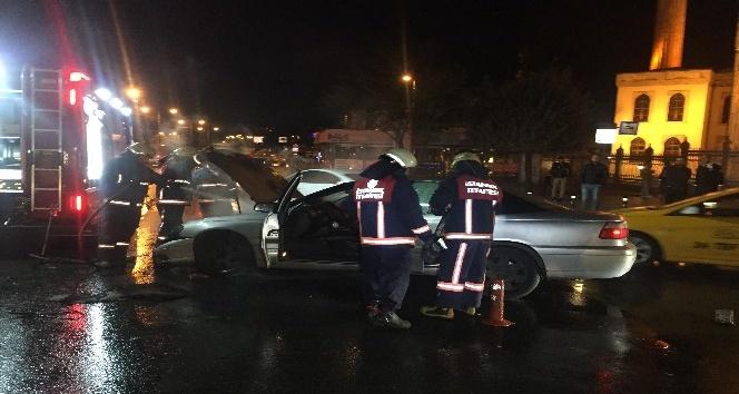 Fatih'te hareket halindeki bir otomobilde yangın çıktı