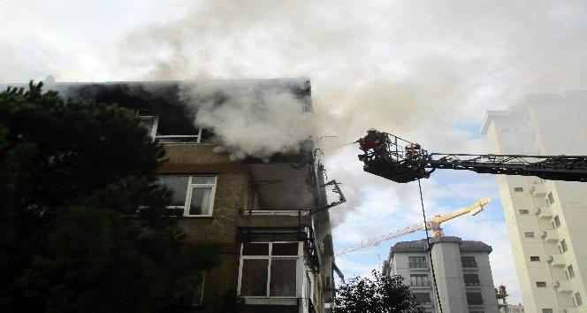 Kadıköy'de 4 katlı bir binanın en üst katında çıkan yangın paniğe neden oldu