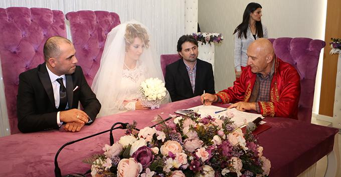Başkan Altınok Öz, Genç çiftin nikahını kıyarak mutluluklar diledi