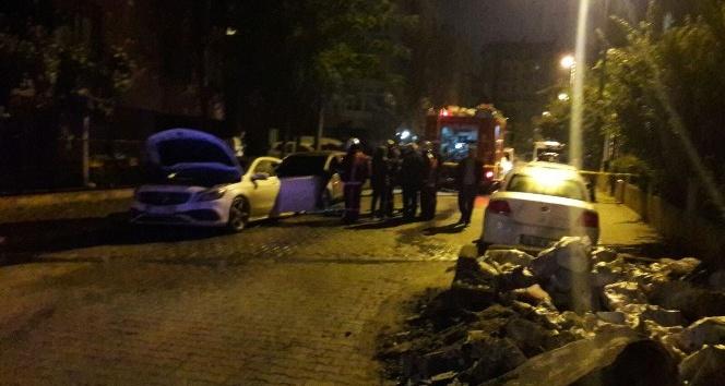 Kükükçekmece'de iki araç alev alev yandı