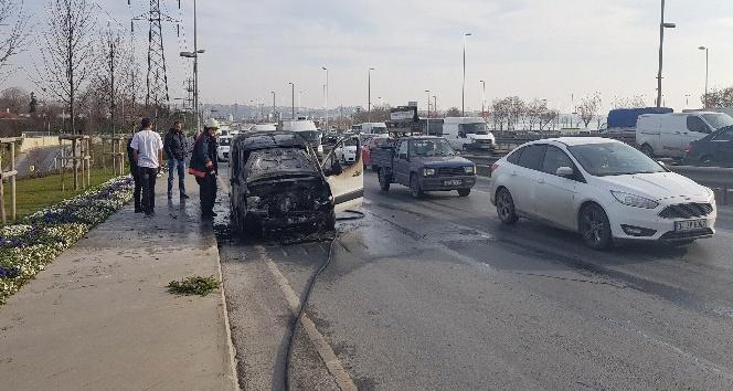 Yolda seyir halindeki ticari araç alev alev yandı