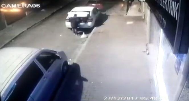 Bir hırsız otomobilin bagajından takım çantasını çalarak kayıplara karıştı