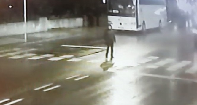Yaya geçidinde araçların kadına çarptığı anlar güvenlik kamerasında