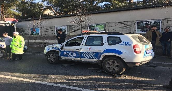 Bir otomobil polis otosuna çarptı: 1 polis memuru yaralı