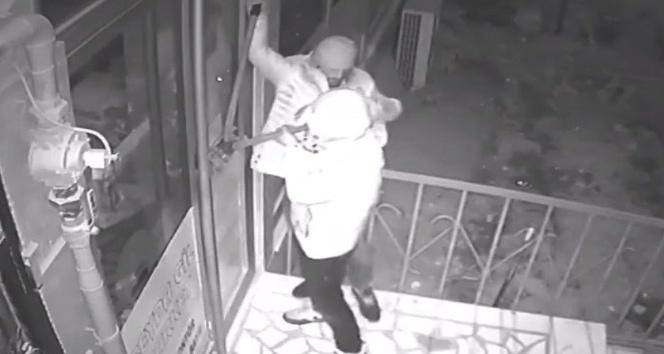 Hırsızlar dükkanın kapasını levye ve keski ile açtı