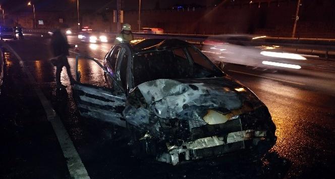 Seyir halindeki otomobil sürücüsü fenalaşarak polis aracına çarptı