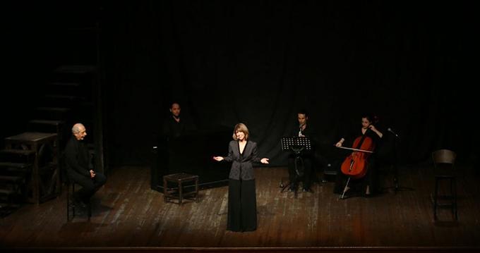 Kartal'da Genco Erkal'ın 'Yaşamaya Dair' adlı müzikli gösterisi sahnelendi