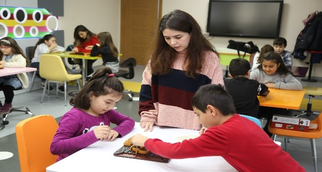 Akıl Oyunları ve Stratejik Düşünme sınıfında çocukların zekaları gelişiyor
