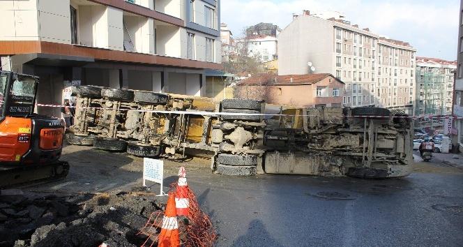 Kum yüklü hafriyat kamyonu devrildi: 1 yaralı