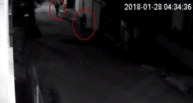Bir eve giren 2 hırsız, güvenlik kamerasında