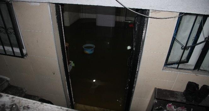 Yağmur suyu nedeniyle rögar tıkandı, 4 evi su bastı