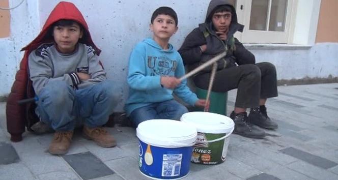 Taksim'de bir çocuğun kovalar ile yaptığı müzik yoğun ilgi gördü