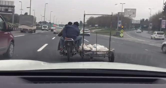 Motosiklet sürücüsü, yük dolu römork ile tehlike saçtı