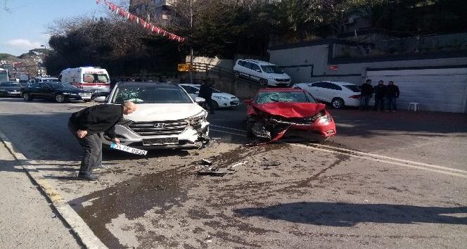 Üsküdar'da bir kadın sürücü, seyir halindeki 2 araca çarptı