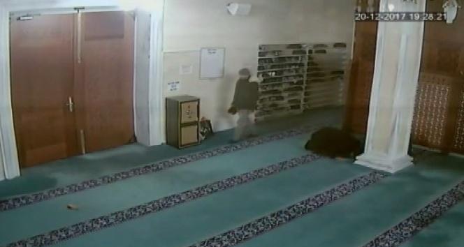 Camiye dadanan ayakkabı hırsızları böyle görüntülendi