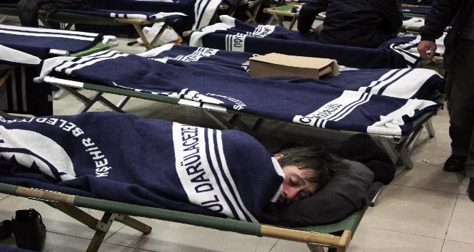 İBB'den soğuk havada dışarıda kalan evsizlere yardım eli