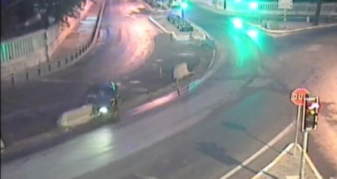 Sürücünün beton bariyere çarptığı kaza anı kameraya yansıdı