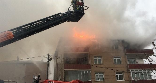 3 katlı binada çıkan yangında 2 kişi mahsur kaldı