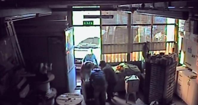 Bir dükkana giren 6 hırsızlık zanlısı, elektrik kablosu ve cihazını çaldı