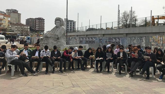 Şimşek öğrencilerinden Neyzen Tevfik heykeli önünde kitap okuma etkinliği