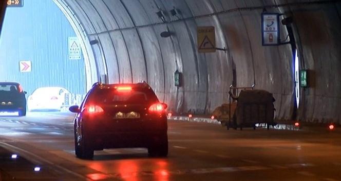 Dolmabahçe Tüneli'nde kağıt toplayıcı çocukların tehlikeli oyunu