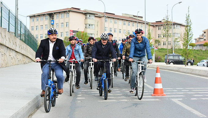 Okul ziyaretinde makam aracı bisiklet