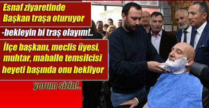 CHP'li Başkan, esnaf ziyaretinde traşa oturuyor, heyeti başında onu bekliyor