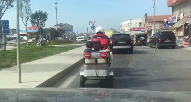 Motosiklet kasasında çocukları taşıdı, kendi kask taktı