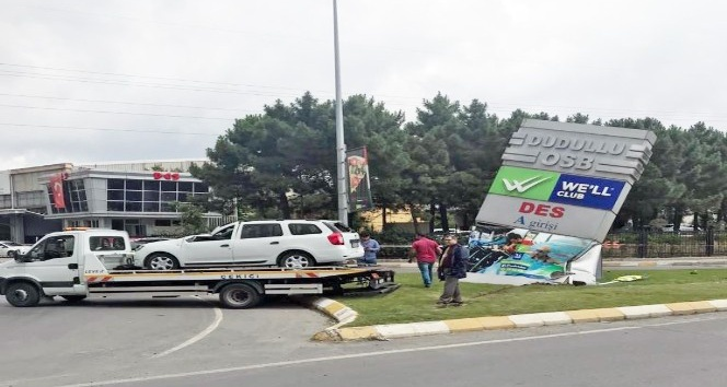 Dudullu'da kontrolden çıkan otomobil reklam panosuna çarptı: 1 yaralı