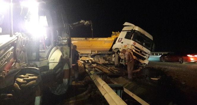 Şile otoyolunda hafriyat kamyonu bariyerlere çarpıp yan yattı