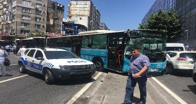 Halk otobüslerinin kazası güvenlik kamerasında