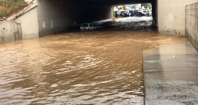İstanbul'da etkili yağış sebebiyle araç alt geçitte mahsur kaldı
