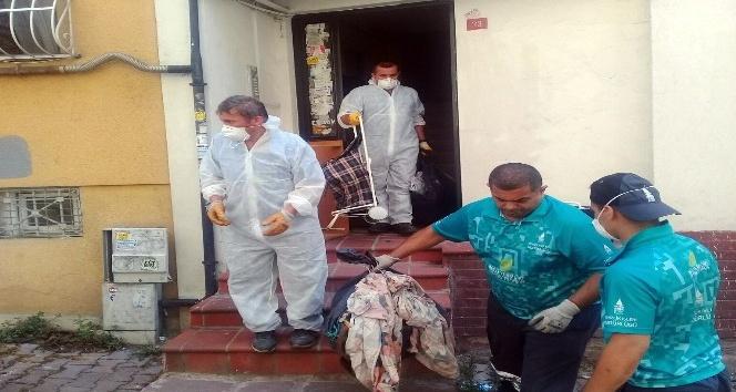 Polis ekipleri, evde 8 ton çöple ve yaşlı kadının cansız bedeniyle karşılaştı