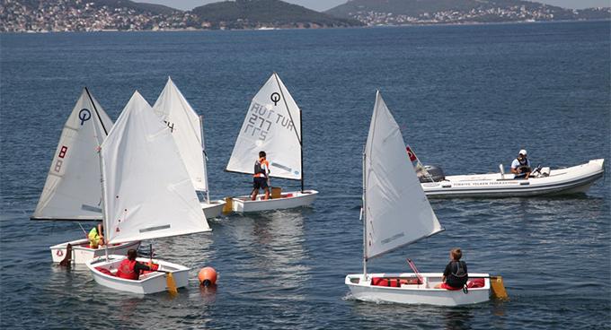 Yelken Yaz Okulu'nda çocukların yelkenleri rüzgarla doluyor