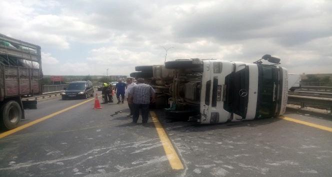 TEM Otoyolu'nda saman yüklü kamyon devrildi