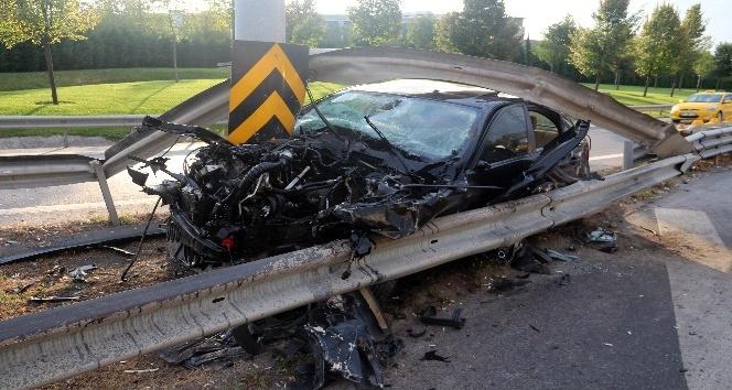 Lüks otomobil trafik levhasına saplandı 1 yaralı