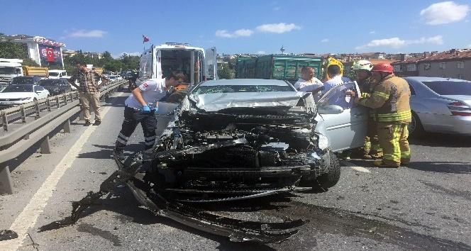 Kaza sonrası araç içinde sıkışan sürücüyü itfaiye kurtardı