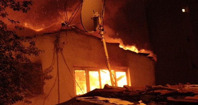 Bir gecekonduda çıkan yangın faciaya neden olmadan söndürüldü