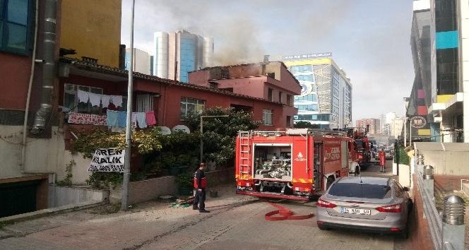 Tinercinin yaktığı iddia edilen bina itfaiyeyi alarma geçirdi