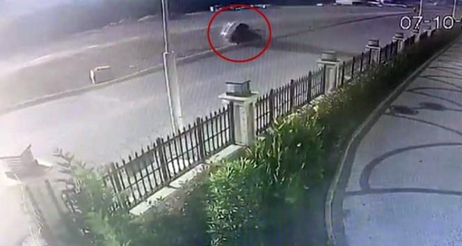 Kontrolden çıkan araç yan yattı, o anlar kamerada