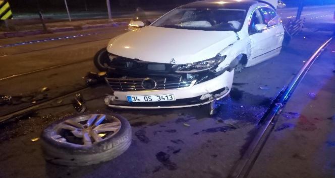 Otomobil tramvaya çarptı: 2 yaralı