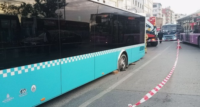 Yol çöktü, özel halk otobüsünün tekeri içine düştü